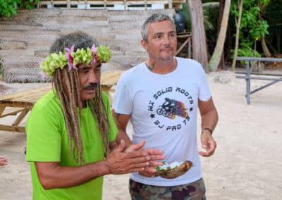 En voyage en Polynésie c'est aussi l'occasion d'appendre à ouvrir une coco !