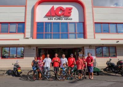 Richard Virenque prend la pose avec toute l'équipe du magasin d'outillage ACE de Papeete qui lui a fourni son vélo électrique pour la grimpée du Belvédère.