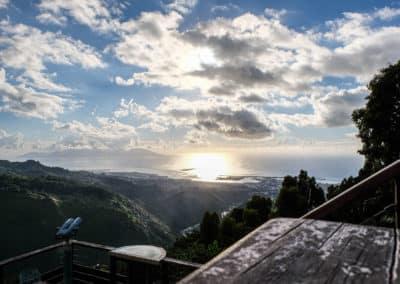 La vue sur Papeete du Belvédère. En fin de journée le soleil est sublime. Au fond, Moorea.