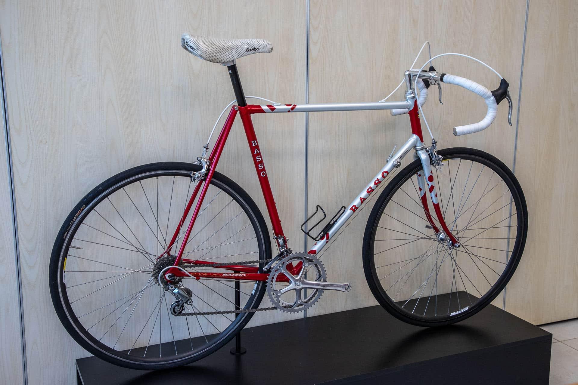 Alcide Basso y tient. La marque Basso produit toujours quelques centaines de vélos acier assemblés dans ses ateliers suivant les règles de l'art. Et c'est le boss lui même qui brase les cadres.