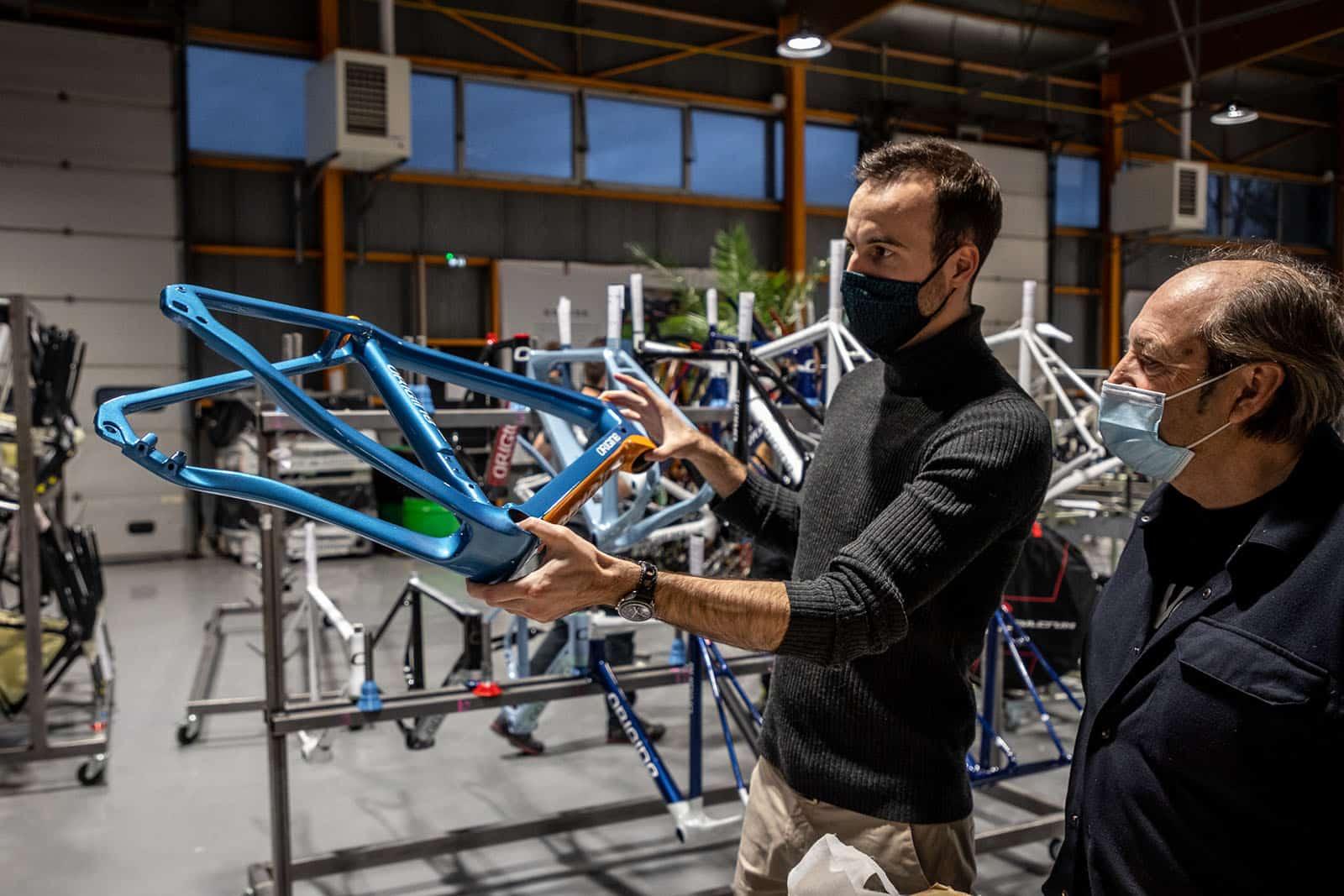 Rémi Lefèvre, Directeur Général adjoint d'Origine Cycles nous montre les détails d'un cadre.