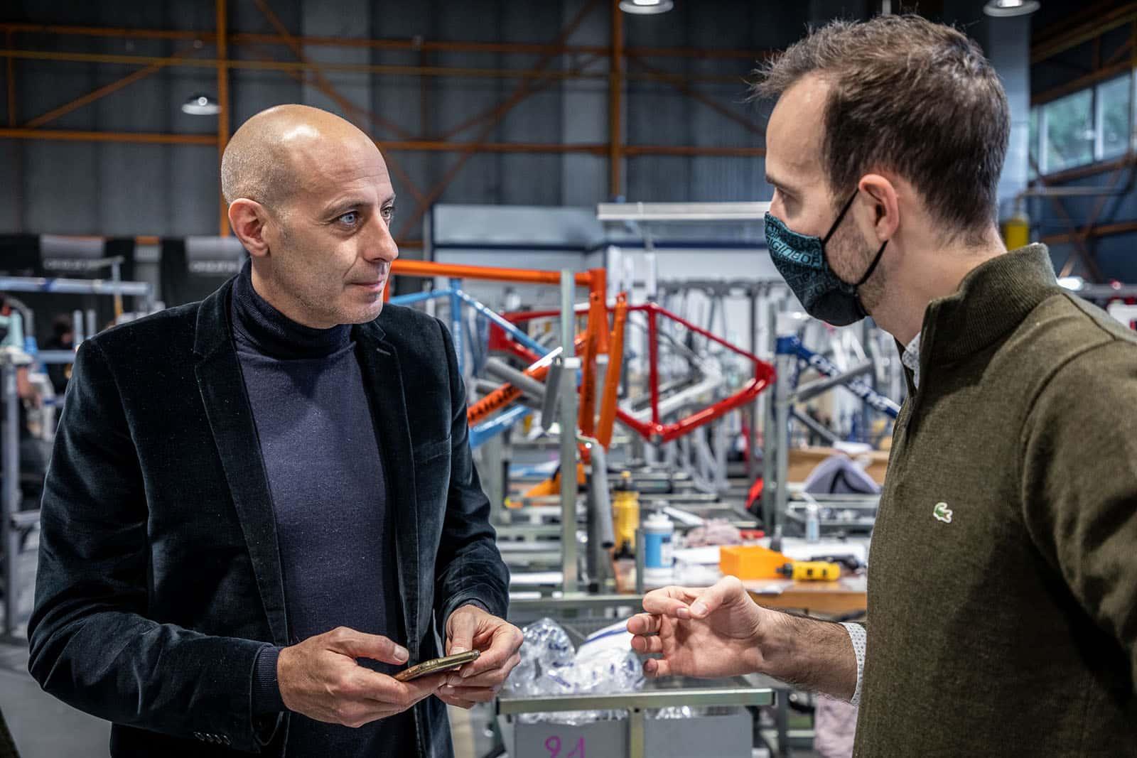 Rémi Lefèvre avec Guillaume Di Grazia, venu recevoir ici son Prix Top Vélo du livre de cyclisme de l'année.