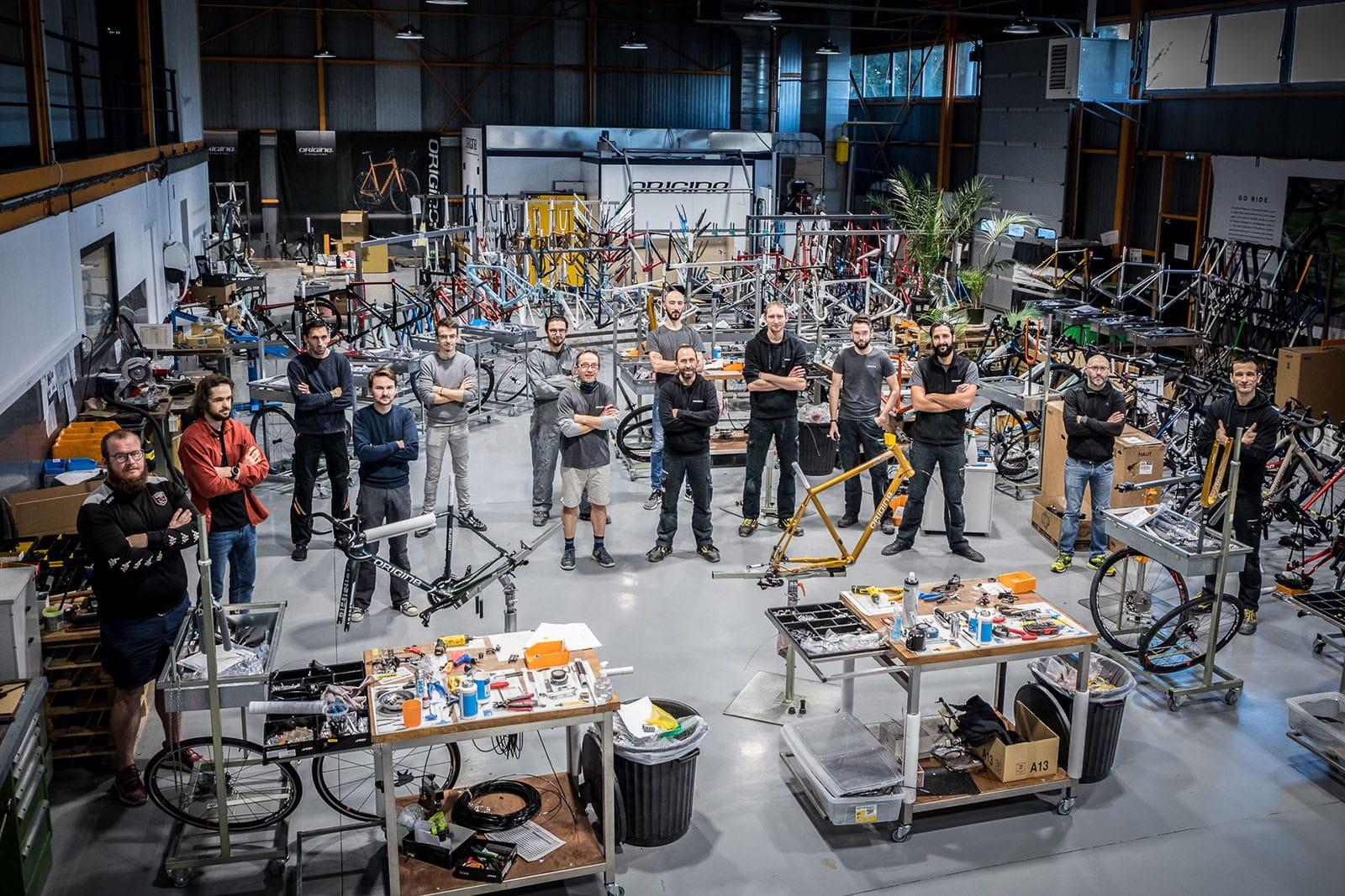 Gérald, au centre entouré de son équipe de production. C'est eux qui produisent chaque vélo Origine.