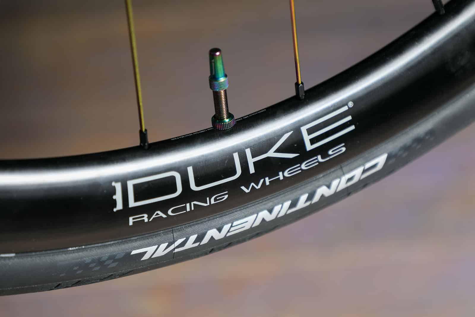 En plus d'être belles, les valves Tubeless Duke permettent d'économiser 50% de poids.