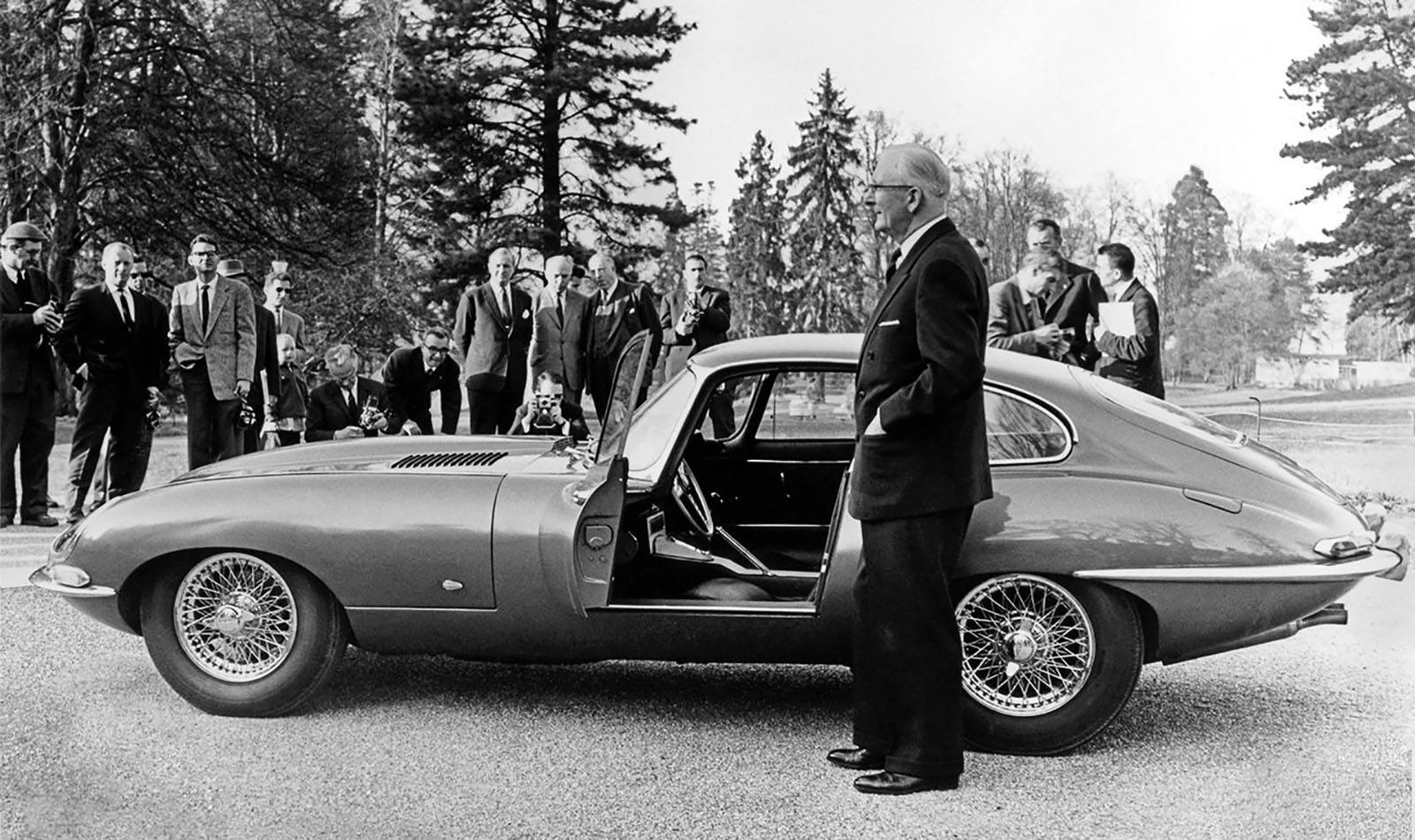 Parc des Eaux Vives, Genève,15 mars 1961. Sir William Lyons présente à la presse la Type E.